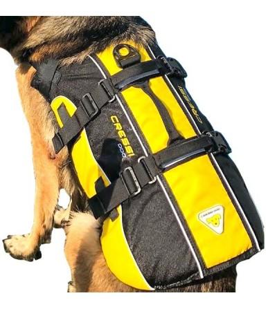 Le gilet de sauvetage pour chien Cressi Dog est facile à mettre et respecte la liberté de mouvement de votre compagnon - poignée