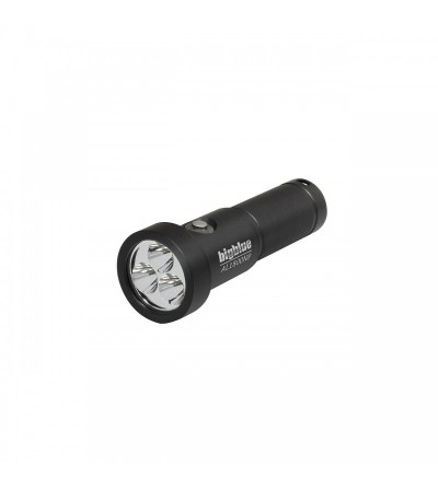 Phare de plongée BigBlue 10° Black, avec 3 LED allant jusqu'à 1800 Lumens de puissance.